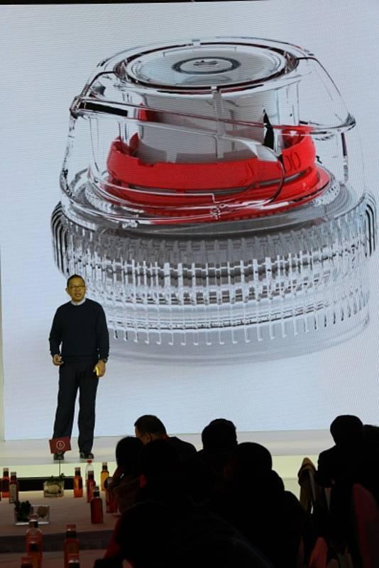 Zhong Shanshan presenteert een nieuw product van zijn bedrijf Nongfu Spring Company.