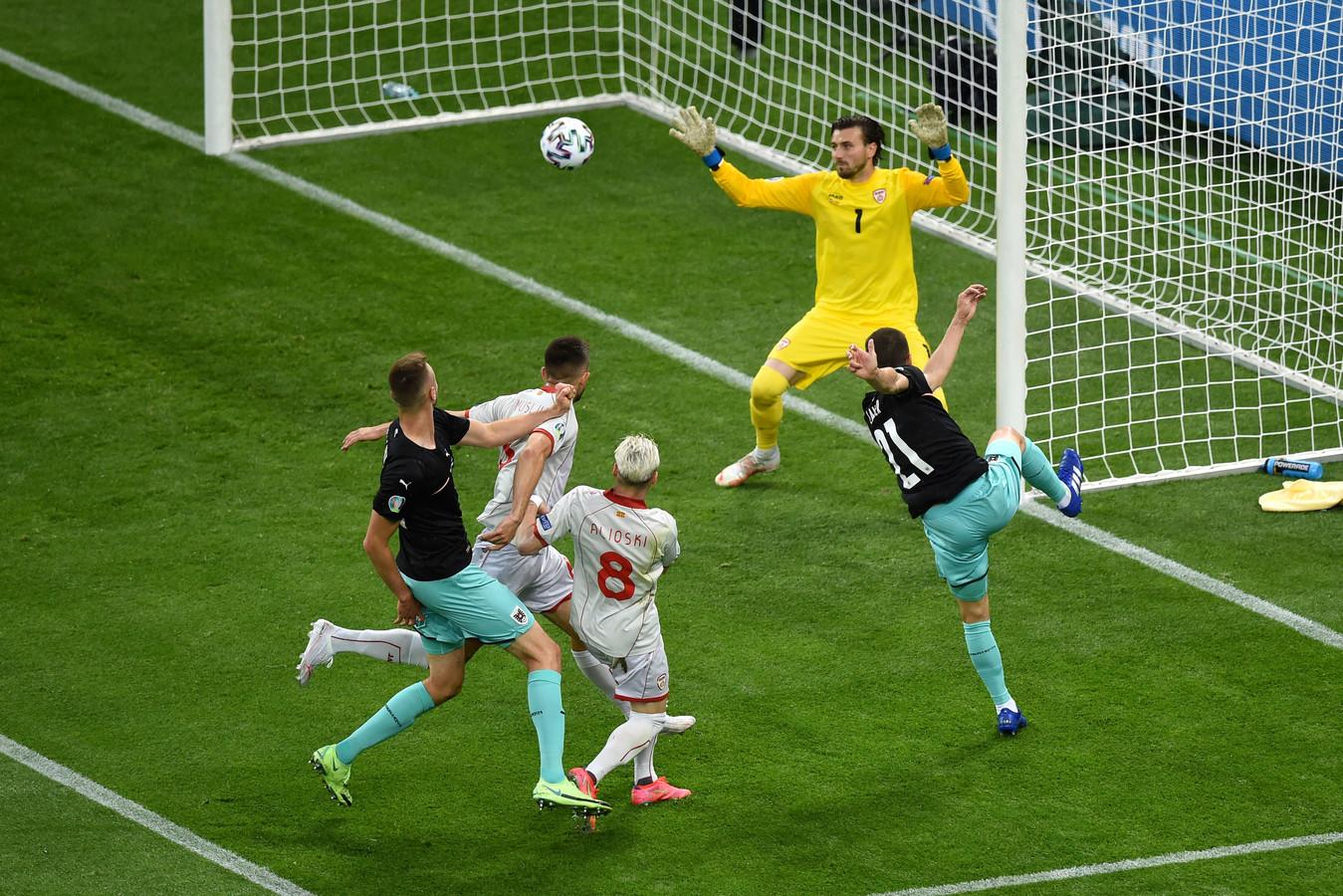 Stefan Lainer zet Oostenrijk op 1-0.