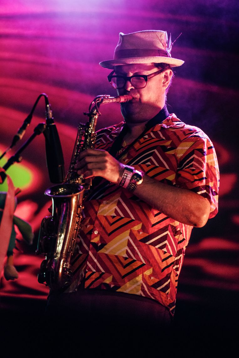 De saxofonist van The Animal Spirits trakteerde het publiek op Pharaoh Sanders-achtige uithalen op saxofoon. Beeld Damon De Backer