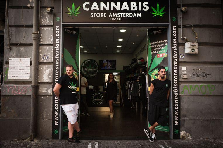 De ingang van 'Cannabis Store Amsterdam' in Napels. Beeld Zolin Nicola