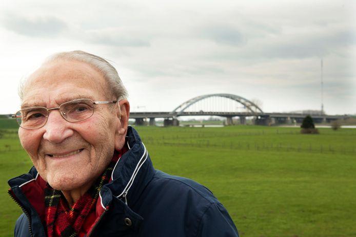 Vianen Piet Kastelein met oude brug over de A2 op de achtergrond.