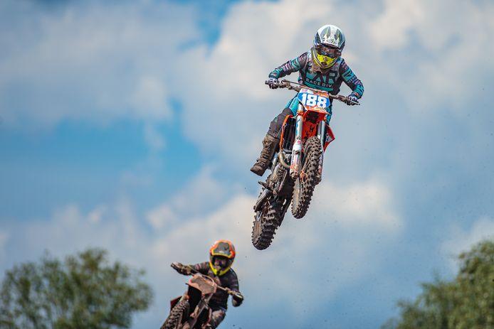 Shana van der Vlist is leider in het EK motocross, met nog drie weekeinden voor de boeg.