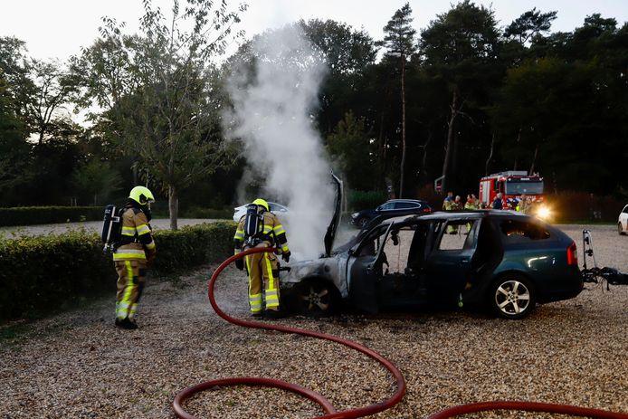 De brandweer bij de auto op de parkeerplaats van Jachtslot Mookerheide.