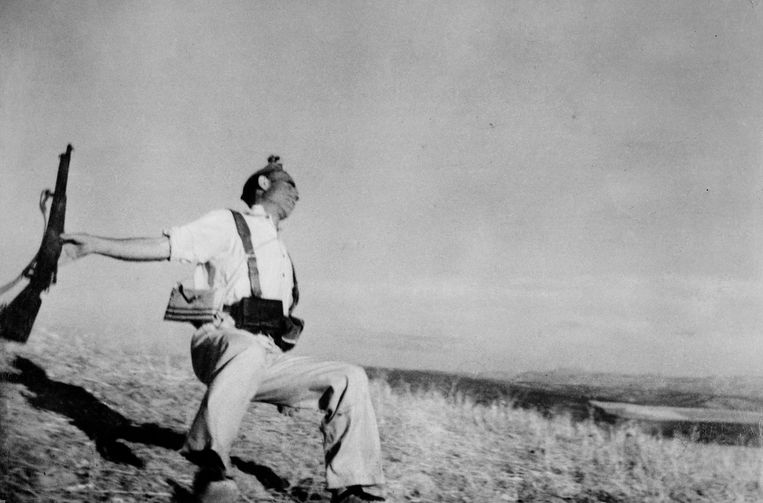 De vallende soldaat (Robert Capa, Cordoba, 1936). Beeld Robert Capa/Magnum
