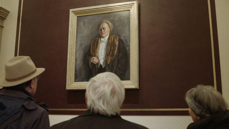 Paul Brill (l), Aat Tromp (m) en Helly Oestreicher voor het schilderij van Mengelberg in het Concertgebouw. Beeld EO