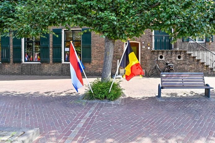 Een van de vele grenzen tussen Baarle-Nassau en Baarle-Hertog in het enclavedorp.