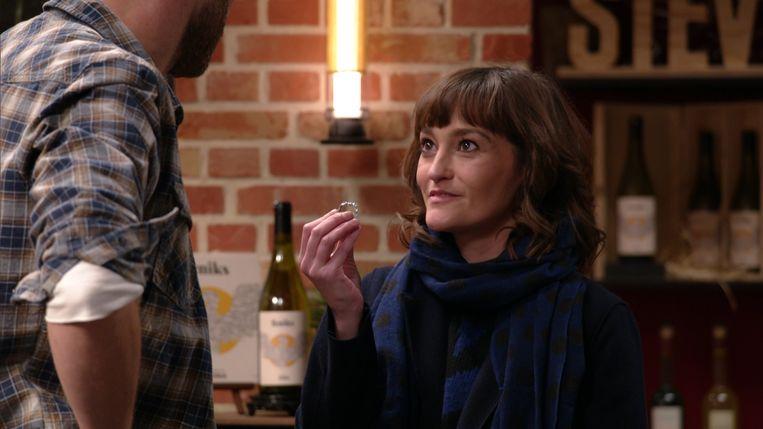 Paulien (Tina Maerevoet) vraagt Kobe (Sid Van Oerle) ten huwelijk in 'Thuis'. Beeld VRT