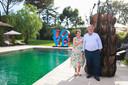 """Linda en Guy Pieters tussen de kunstwerken naast hun zwembad in Saint-Tropez. Ze wonen er sinds 2017 op een prachtig domein. """"Een droom die werkelijkheid is geworden."""""""