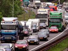 Flinke file na ongeluk op A50 bij Arnhem; Verkeer staat vanaf afrit Hoenderloo vast