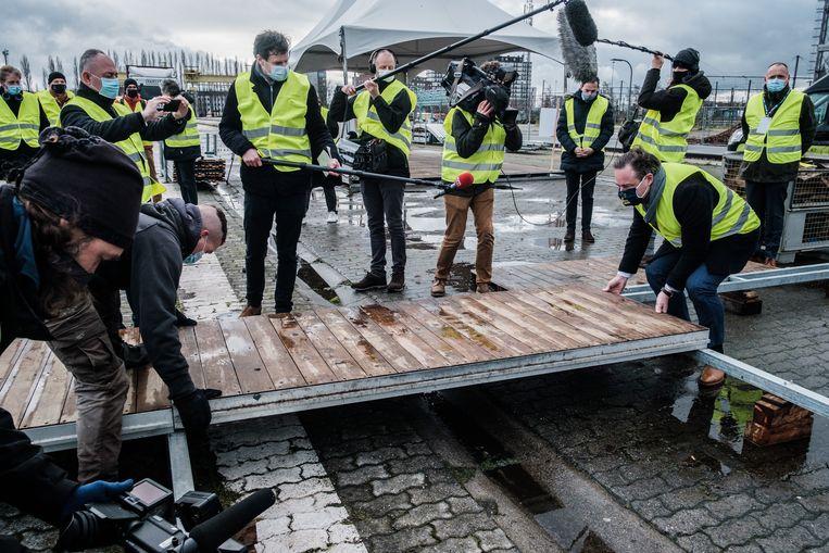 Niet het allereerste vloerpaneel, maar Bart De Wever helpt een symbolisch handje mee. Beeld BOB VAN MOL