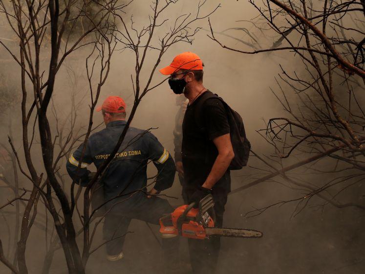 """Grieken bestrijden zelf bosbranden met kettingzagen en takken: """"Er is niets, niemand helpt ons"""""""