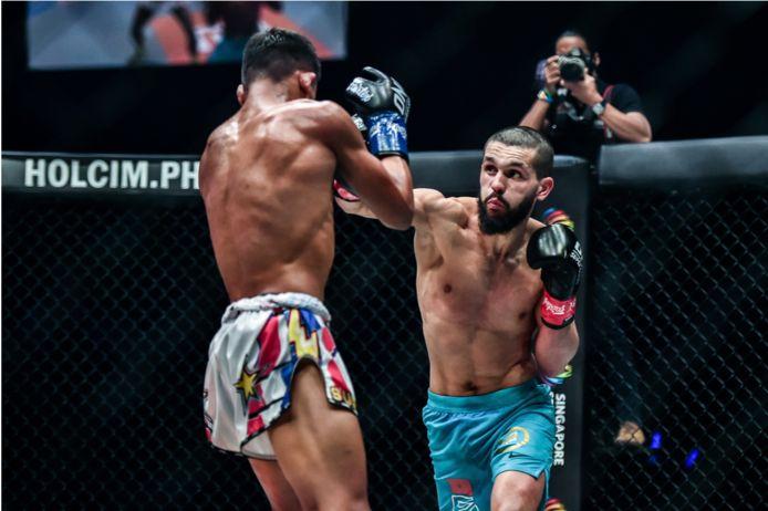 Illias Ennahachi (rechts) in gevecht met Superlek Kiatmoo9.