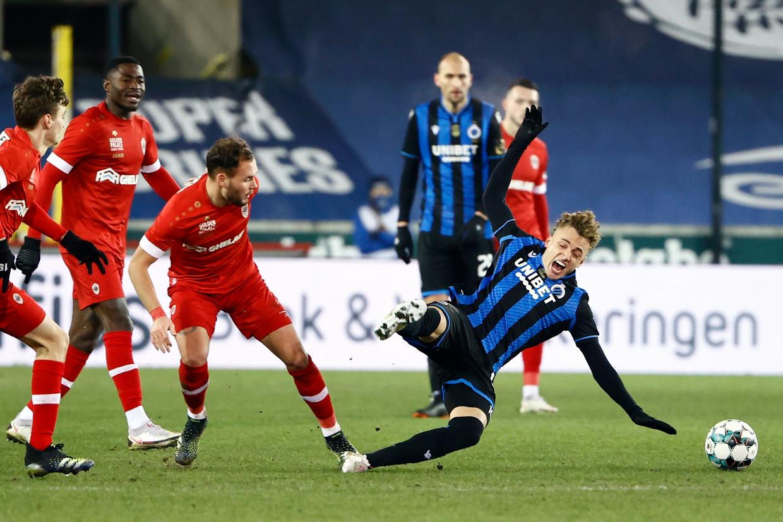 Tegen Antwerp kreeg Brugge-speler Noa Lang het weer hard te verduren. Zijn trainer riep op om spelers beter te beschermen. Beeld Photo News