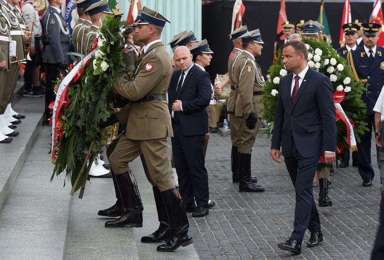 De Poolse President Andrzej Duda tijdens de herdenking van de opstand in het getto van Warschau.  Beeld EPA