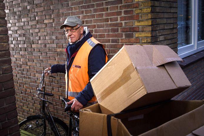 De 78-jarige Herman Meijerink rijdt nog vier dagen per week met zijn fietskarretje door Zutphen om oudpapier op te halen. Vanaf januari stopt hij daar noodgedwongen mee.