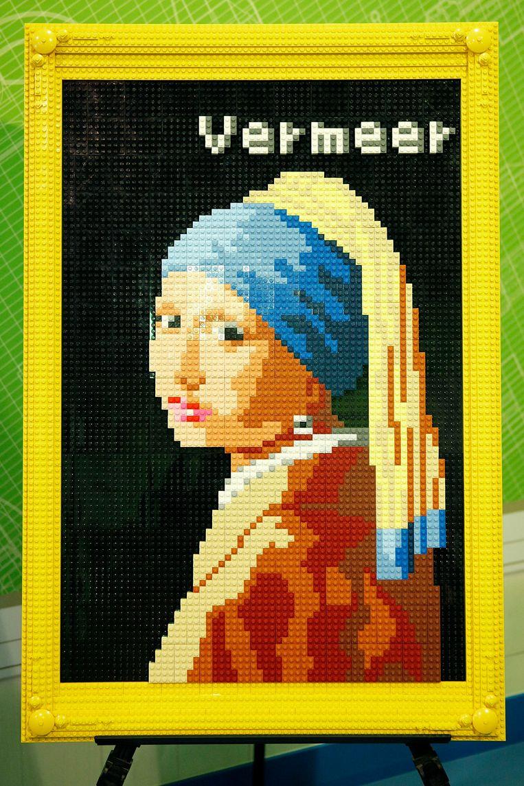 Een replica van het Meisje in legosteentjes, die te zien was in het Legoland Discovery Center in Tokyo. Zo'n 380 ouders en kinderen werkten in het Metropolitan museum in Tokyo mee aan de workshops om de mozaïek van ongeveer 5000 steentjes te bouwen, ter ere van de 380ste verjaardag van Vermeer.  Beeld Getty Images