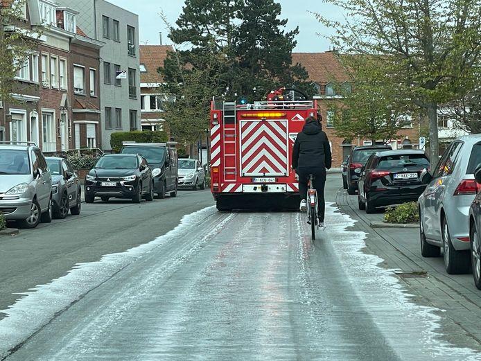 Met een sproeiwagen spoot de brandweer detergent op het mazoutspoor in Kortrijk.