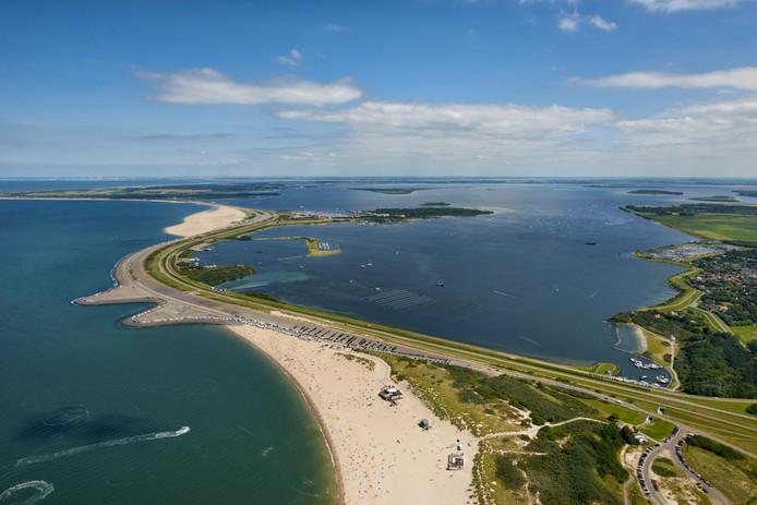De Brouwersdam gezien vanuit het zuidwesten, met rechts het Grevelingenmeer. In de voorgrond het strand van Scharendijke.