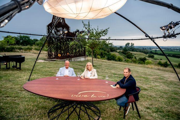 Op de tafel waar Karl Vannieuwkerke onder anderen al Jacques en Julie Vermeire ontving werden de letters 'Leve de Ronde' netjes overplakt.