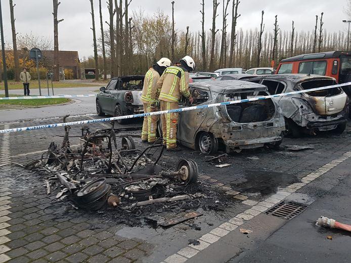 De brand ontstond bij de brommobiel. Drie andere voertuigen brandden eveneens uit.