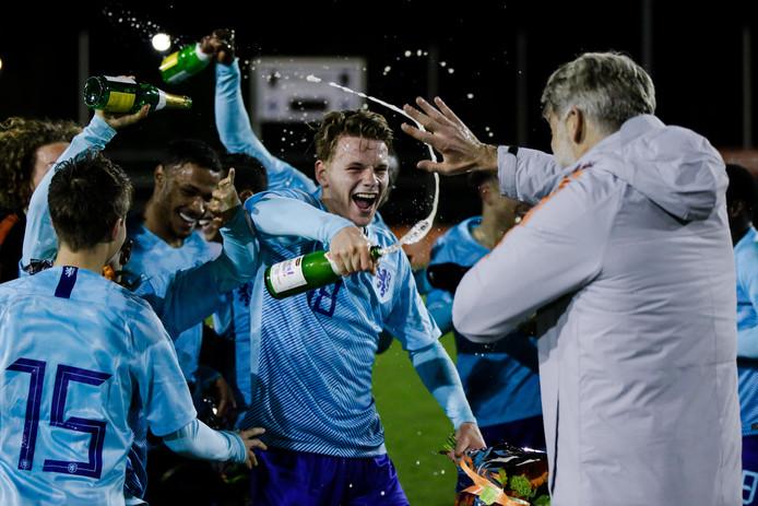 Syb van Ottele viert met coach Peter van der Veen dat Oranje Onder 17 zich heeft geplaatst voor het EK in Ierland.