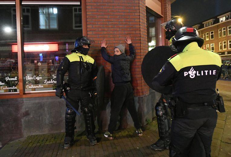 Een verdachte wordt aangehouden in Rotterdam. Beeld REUTERS