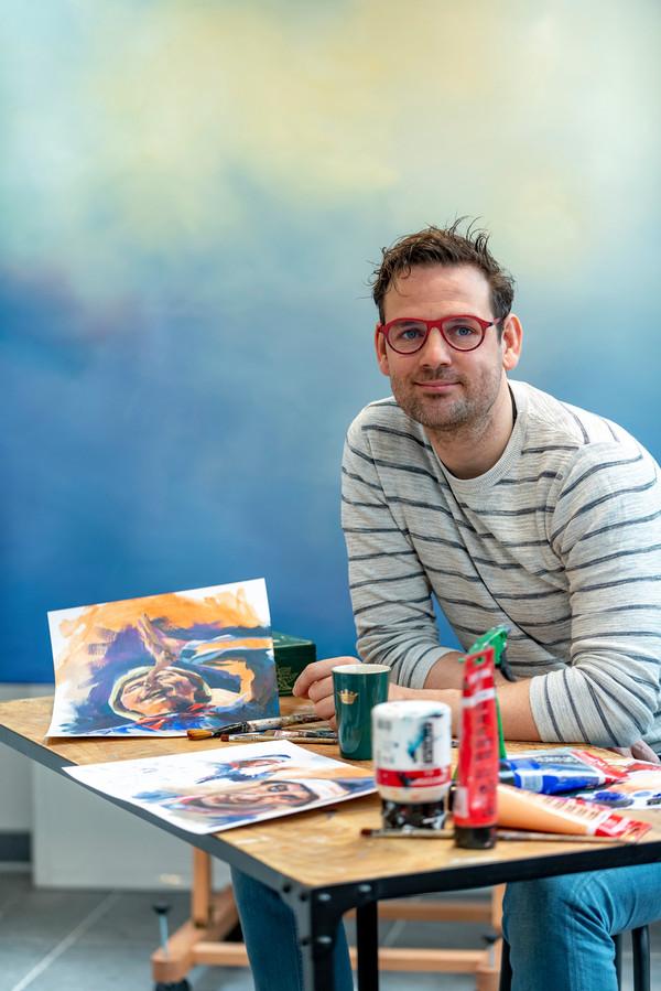 Kunstenaar Steven Bouwens start met een project over de Bergse prins die dit jaar afscheid neemt. Op tafel een tweetal voorstudies van de prins. Op de achtergrond het nog lege canvas.