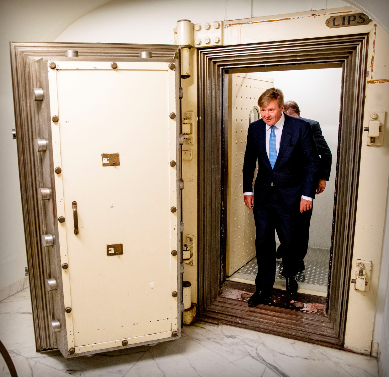 Willem-Alexander kreeg een rondleiding in het archief van het Niod. Beeld ANP