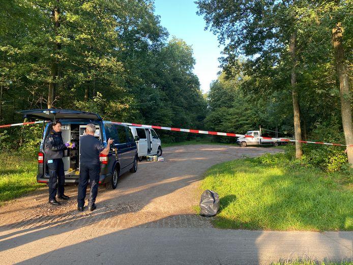 De politie doet technisch en tactisch onderzoek op een parkeerplaats in de bossen rond recreatieplas De Oldemeijer bij Rheeze, nadat daar een 33-jarige man uit Oldenzaal mishandeld zou zijn.