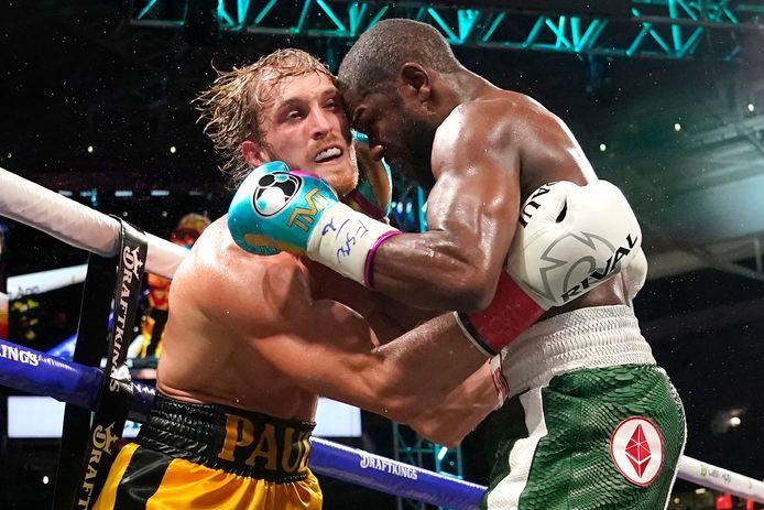 Floyd Mayweather (r) in zijn laatste gevecht met Logan Paul.