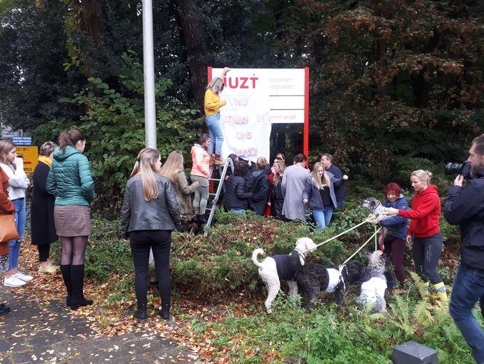 De medewerkers van Juzt hebben er genoeg van, zoals hier bij instelling De Krabbebossen bij Rijsbergen. Ze voelen zich in hun hemd gezet door de aanhoudende onduidelijkheid over hun toekomst.