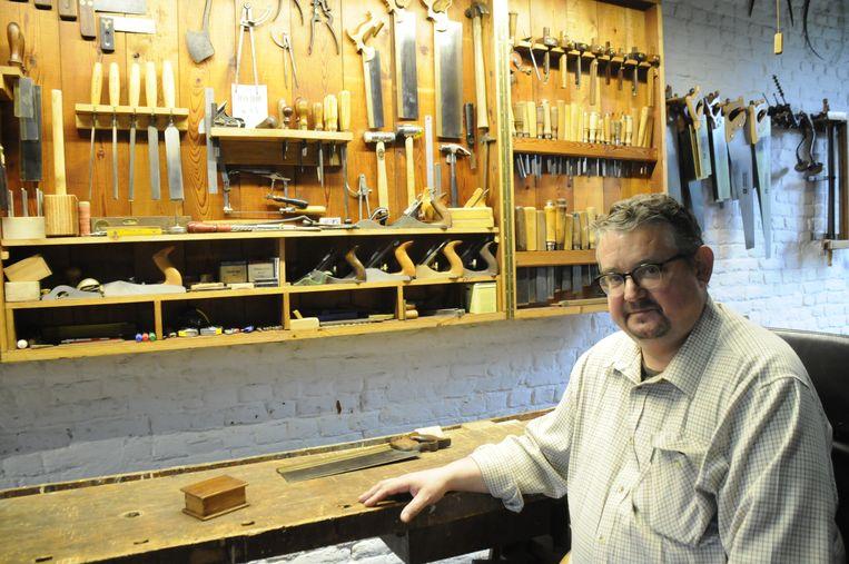 Herman Van Looveren heeft geen machines nodig om mooie houten meubelen te maken