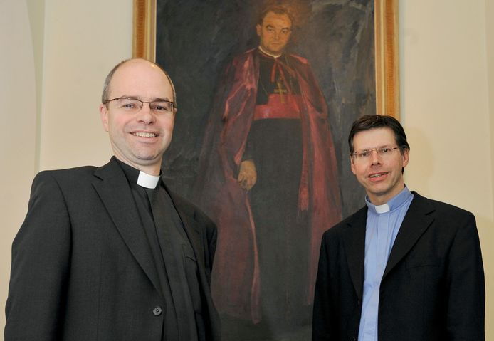 Kapelaan Karel Loodts (links) en pastoor Jeroen Miltenburg poseerden in 2009 in hun pastorie aan de Bisschop Zwijsenstraat voor het portret van bisschop Willem Bekkers.