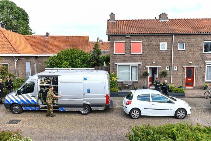 De Explosieven Opruimingsdienst (EOD) en de politie voor het huis Waddinxveen na de vondst van een handgranaat.