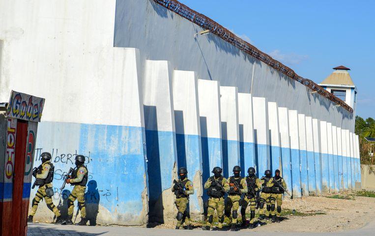 Agenten patrouilleren bij de Croix-des-Bouquets-gevangenis nadat honderden gedetineerden waren gevlucht. (25/02/21)  Beeld EPA