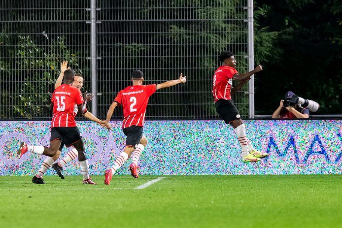 Dante Sealy viert de 2-1 voor Jong PSV tegen Jong Ajax.
