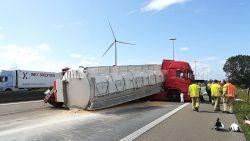 Vrachtwagen met veevoeder gekanteld op E17