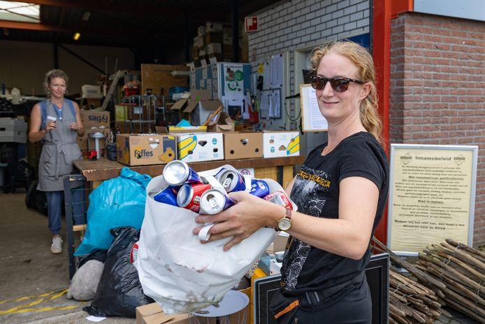Ingeborg Dulle levert blikjes af, Simone van der Geld van de kringloopwinkel neemt ze in. In Dalfsen betalen ze 15 cent voor een blikje, met (nu) een maximum van 5 euro. De regels zijn aangepast omdat het storm liep en de gemeente arm dreigde te worden.