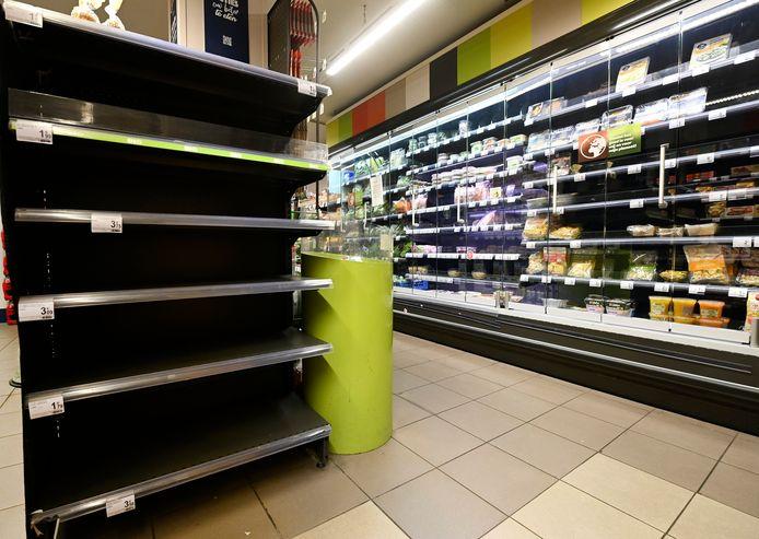 Lege rekken in een Brusselse Carrefour.