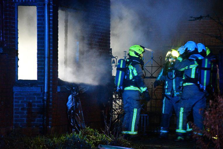 De brandweer blust het vuur aan de Oude Baan in Waarloos.