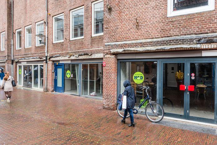 Aan de Hellestraat staan sinds het faillissement van de Kijkshop al lange tijd winkelpanden leeg.