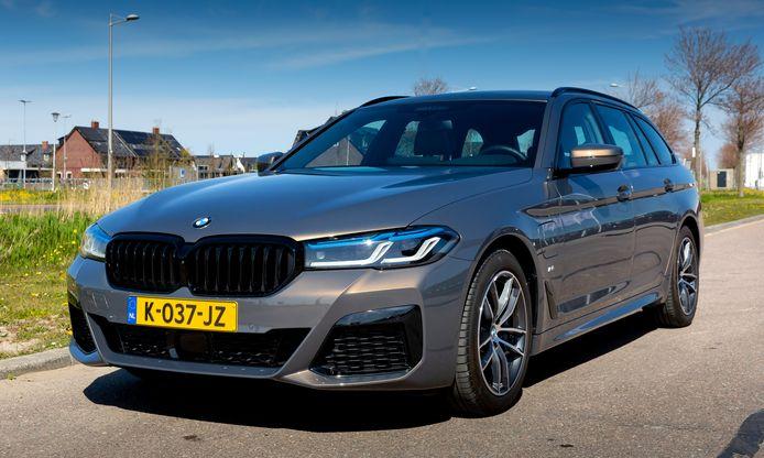 De BMW 530e Touring is behoorlijk praktisch en bovengemiddeld slim, maar het elektrisch bereik is beperkt.