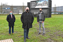 Zaakvoerder van Heaxagon Jelle Vandendriessche (midden), financieel directeur Stijn Eyckmans en burgemeester Kris Declercq op de site waar Hexahub straks uit de grond moet schieten.