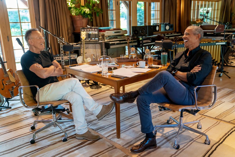 Bruce Springsteen en Barack Obama tijdens de opname van hun podcast, in de studio van 'The Boss' in New Jersey.  Beeld AP