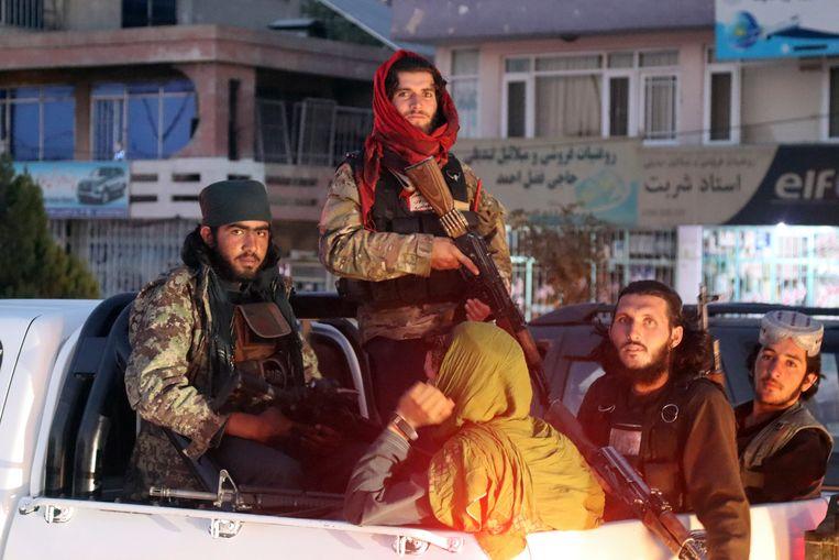 Talibanstrijders op patrouille in Kabul.  Beeld AP