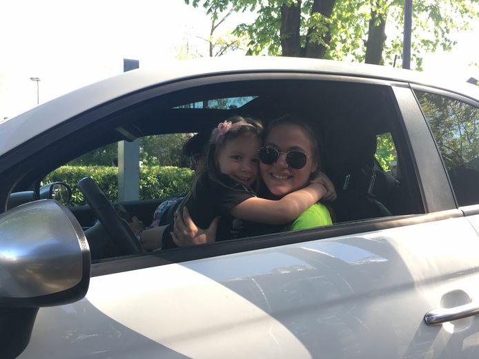 Maria-Laura en Amalya konden niet langer wachten, eindelijk weer McDonald's!