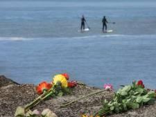 Bloemen en gedichten: Scheveningen herdenkt de vijf omgekomen surfers