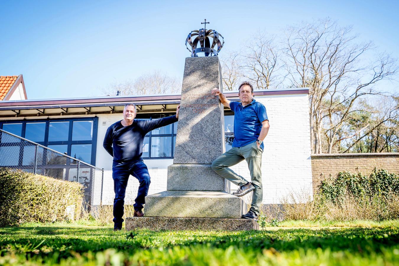 Jos Megens (links) en Jan Evers bij het monument voor het bezoek van Wilhelmina in 1926.