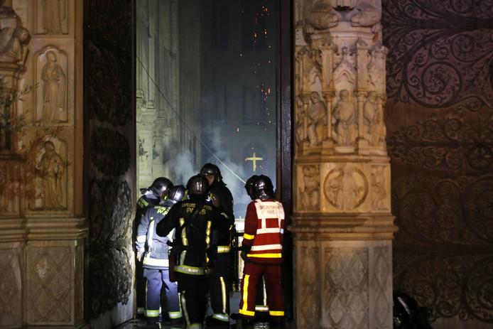 Brandweer bij de ingang van de Notre-Dame