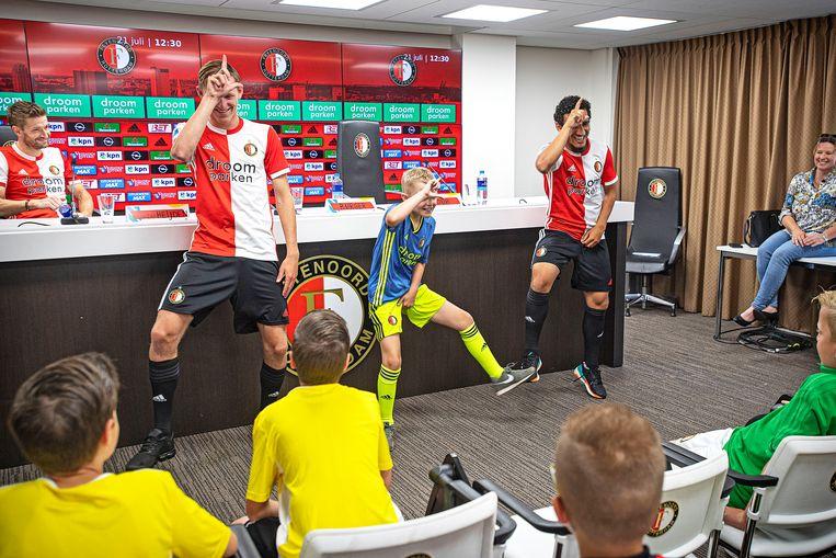 Dansend tijdens de kinderpersconferentie:Wouter Burger (links) en Yassin Ayoub. Burger speelt graag Fortnite, Ayoub vist liever. Beeld Guus Dubbelman / de Volkskrant